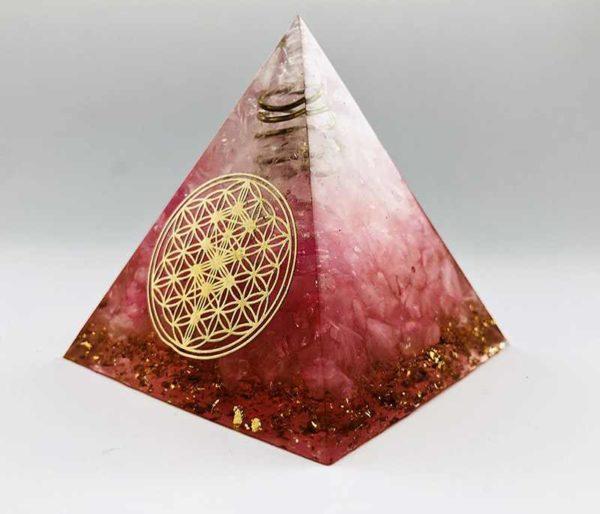 Pyramide en Orgonite avec cristal de roche