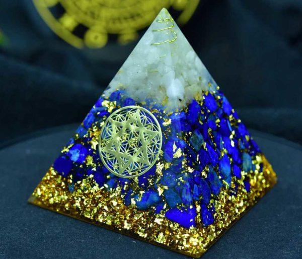 Pyramide en orgonite avec Lapis-lazuli et Cristal de roche