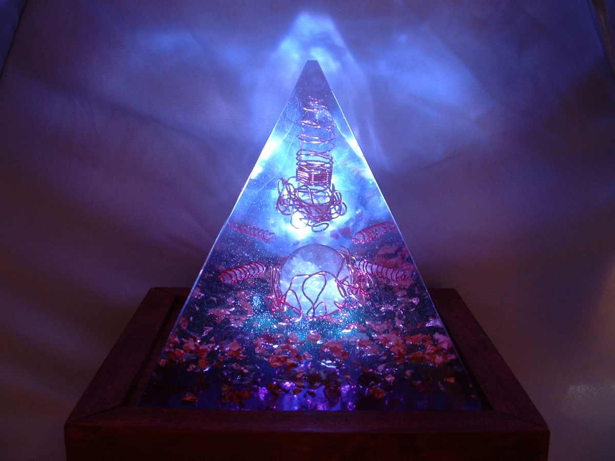 Orgonite en forme de pyramide, contenant de la fluorite