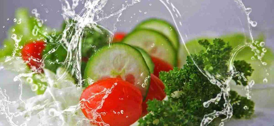 Une alimentation organique contient des cellules d'un autre organisme (plante, animal, etc.) et non des molécules mortes comme les minéraux dans l'eau.