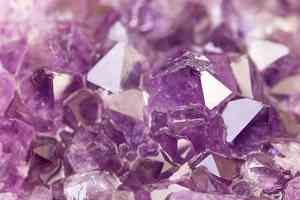 Est-ce que vous avez envie d'un bout d'Améthyste pour votre dîner ? Je m'imagine que cette pierre semi-précieuse magnifique est plus séduisante comme bijoux ... Et c'est identique pour les minéraux dans l'eau.