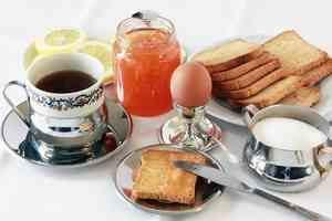 Un petit déjeuner traditionnel peut contenir toutes les sources de carbone dont notre organisme a besoin : glucides, lipides et protéines. Ces macronutriments sont tous de nature organique.
