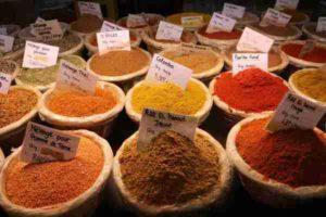 Dans toute l'histoire de l'humanité, on a connu les additifs alimentaires. Les épices, par exemple, sont de colorants naturels très efficaces.